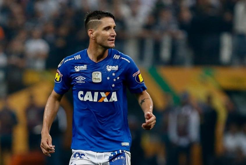 Torcida do Cruzeiro  esquece  Arrascaeta e exalta Thiago Neves  4d8c3b0a3a903