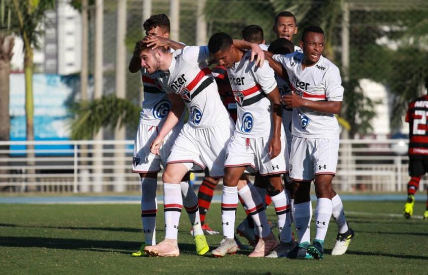 Garotos do Tricolor comemoram um dos gols anotados contra o Flamengo. Vitória foi construída no primeiro tempo do duelo