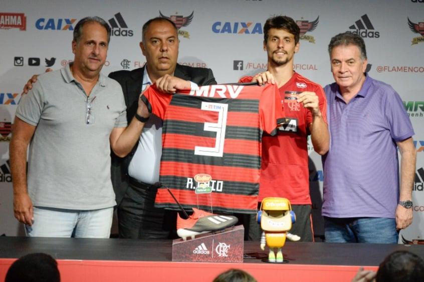 Rodrigo Caio é apresentado no Flamengo e usará a camisa 3