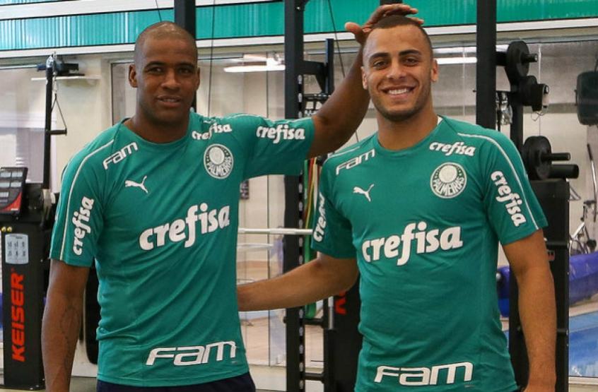 O goleiro Jailson brincou com o atacante Arthur Cabral na reapresentação do  Palmeiras 8938549b9451e