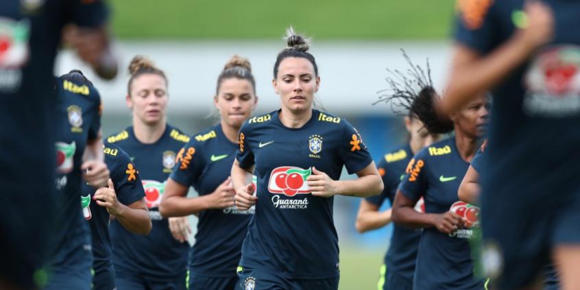 Seleção Brasileira feminina faz primeiro treino com bola no ano  f4afb12045f7f