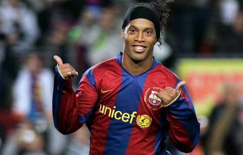 Ronaldinho fazendo hang loose - ou o sinal do Ronaldinho - comemorando um gol pelo Barcelona