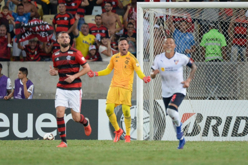 Agora herói, Diego Alves supera afastamento e ganha destaque na Libertadores