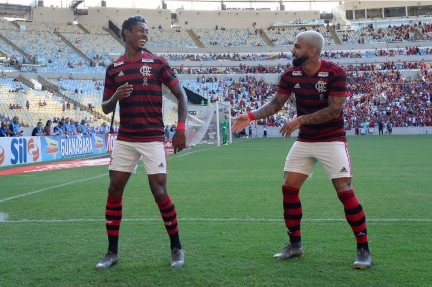 Bruno Henrique e Gabigol celebram gol contra o Fluminense