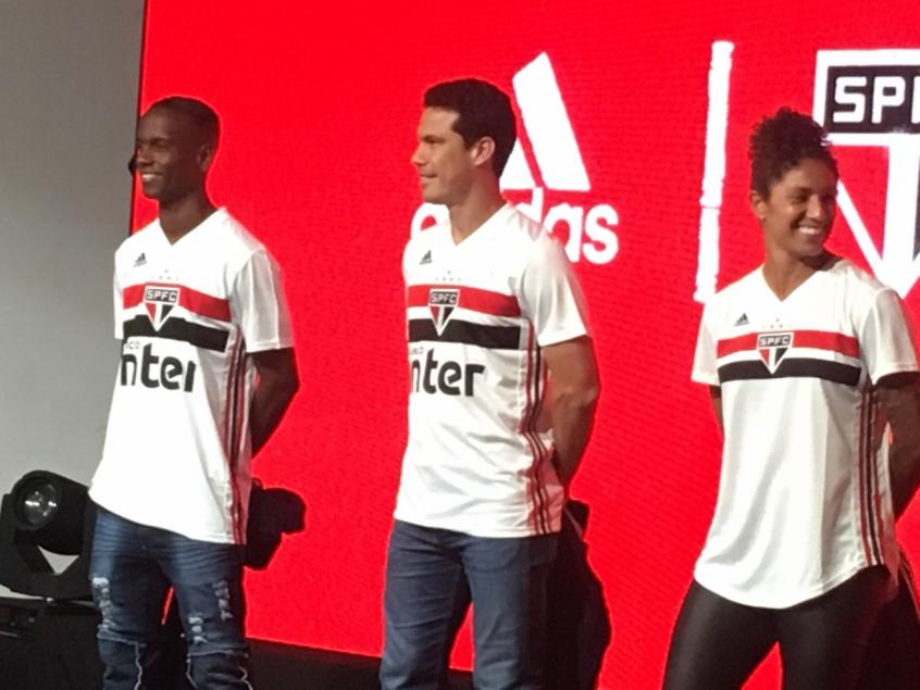 b64f5234d5438 Hernanes, Helinho e Cristiane exibem nova camisa do São Paulo   LANCE!