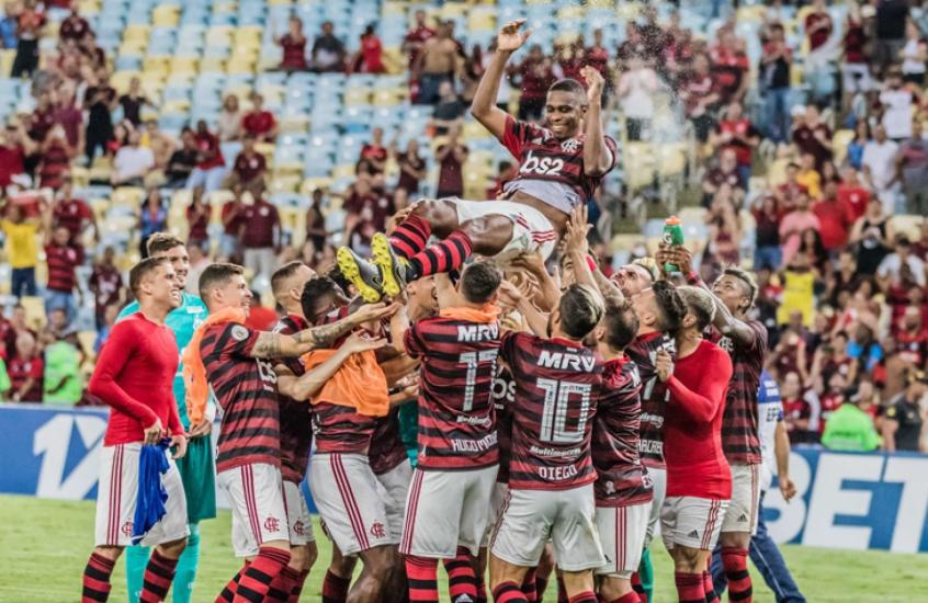 Companheiros homenageiam Juan após a vitória contra o Cruzeiro (Foto: Magalhaes Jr/Photopress)