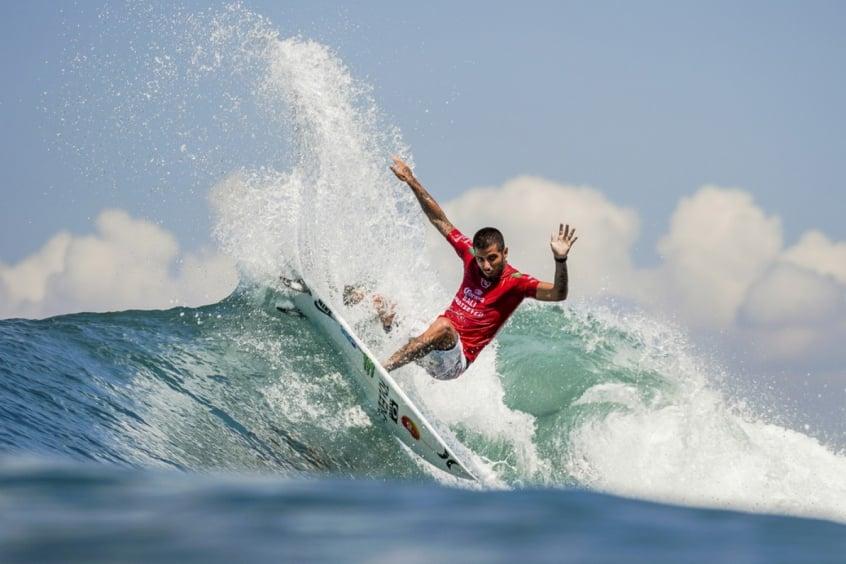 Filipe Toledo avança às oitavas em Bali; bateria de Medina adiada