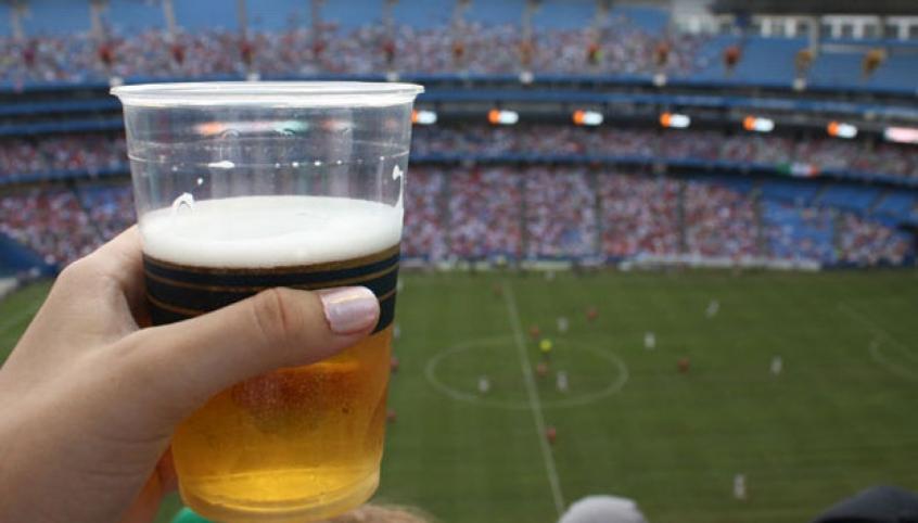 Resultado de imagem para bebida alcoólica em jogos de futebol