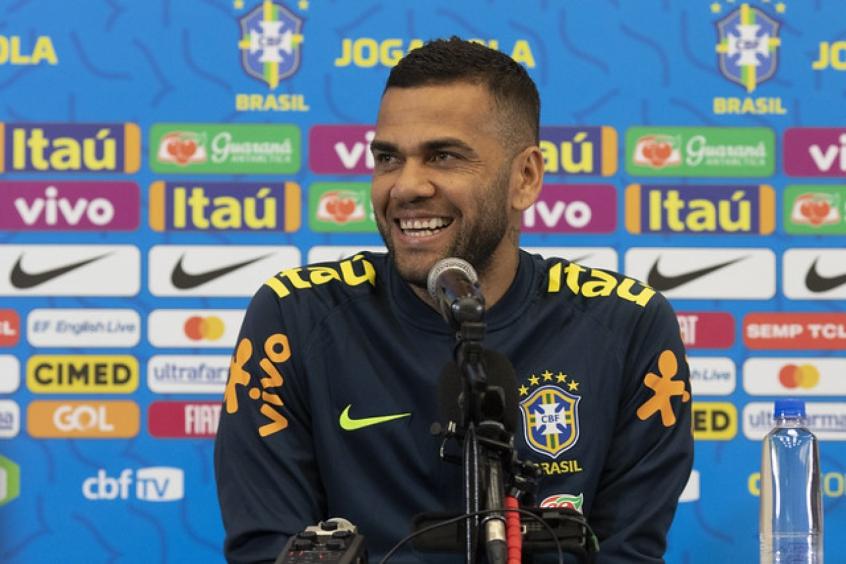Daniel Alves cita São Paulo e Bahia, mas esfria chance de volta ao país