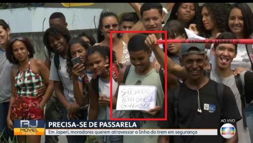 Torcedor do Flamengo exibe cartaz no RJTV