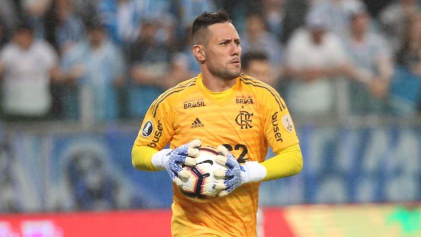 Teste de Diego Alves dá positivo para Covid-19, e goleiro é afastado |  LANCE!