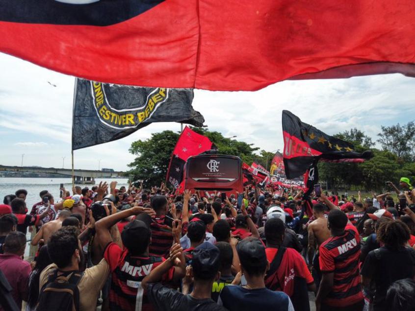 Torcida do Flamengo faz a festa em trajeto de ônibus até aeroporto; veja o vídeo