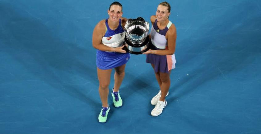 Kiki Mladenovic e Timea Babos com o troféu do Australian Open 2020