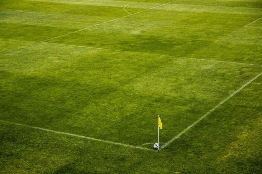 Bola em campo de futebol vazio