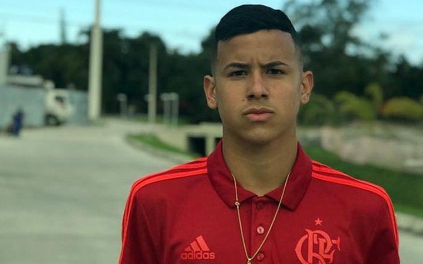 Sem previsão para voltar ao Ninho e observado pelo Milan, joia do Flamengo acelera treinos em casa