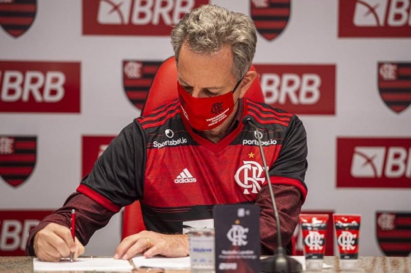 Após polêmica, Flamengo demite funcionário que tirou foto de jogadores sem máscara