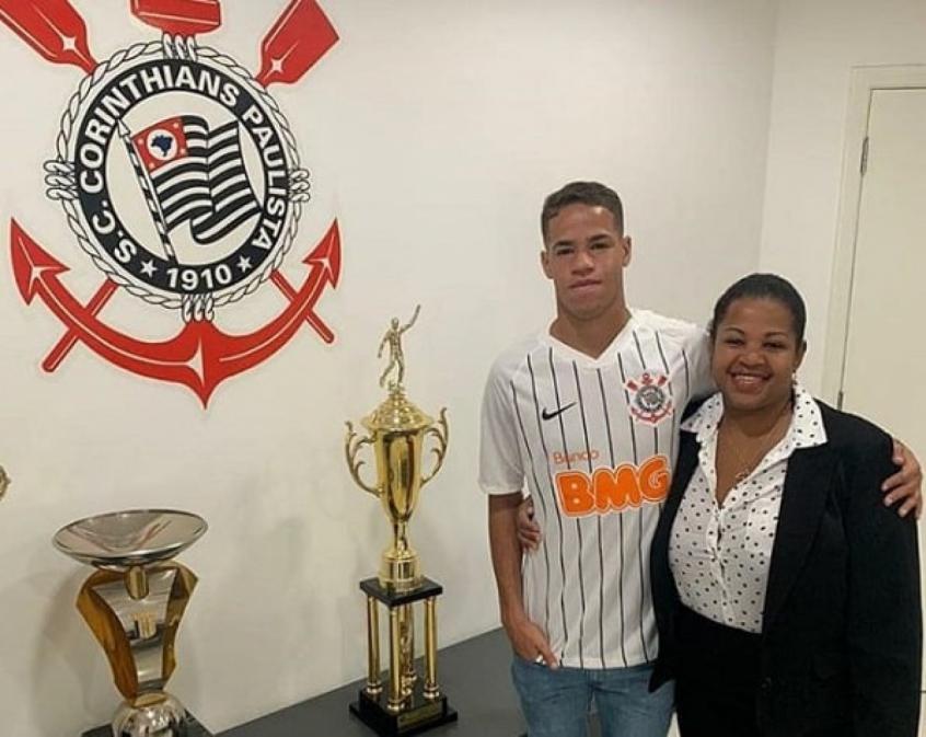 Jovem da base assina primeiro contrato profissional no Corinthians