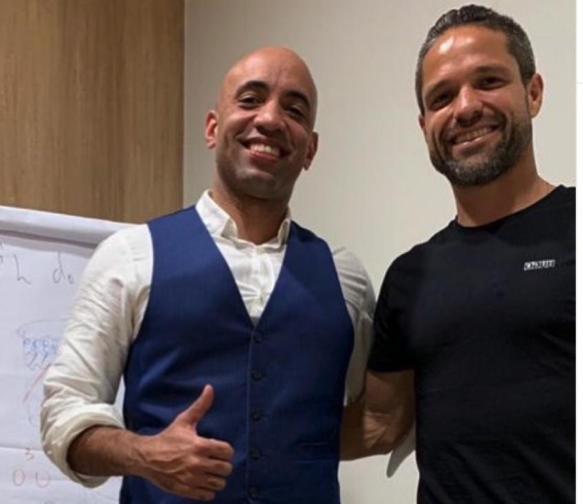 Meia do Flamengo faz homenagem a professor que o incentivou a concluir o Ensino Médio