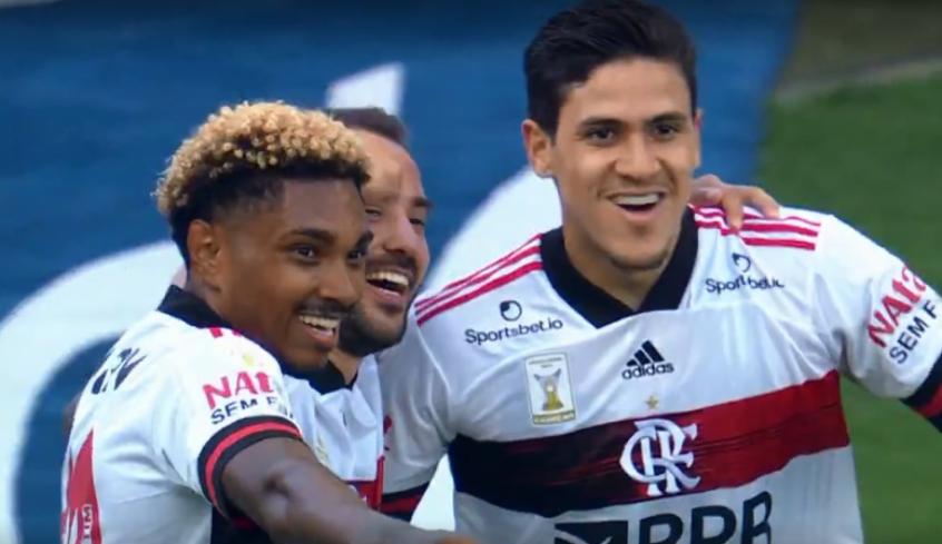 Flamengo goleia o Corinthians e assume liderança do Campeonato Brasileiro
