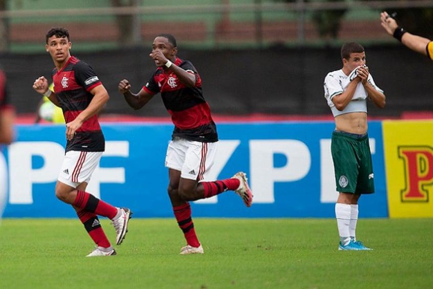 Flamengo goleia o Palmeiras e abre vantagem nas quartas do Brasileirão Sub-17