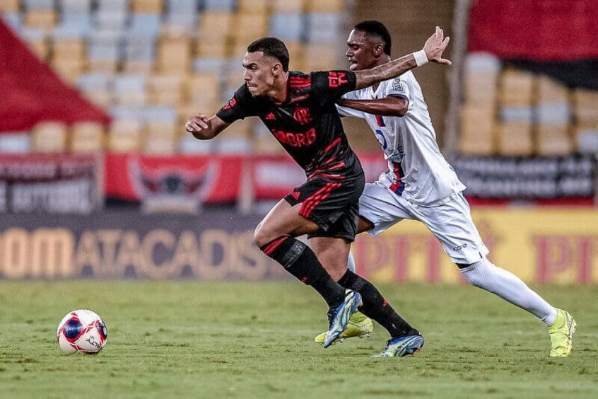 Matheuzinho vê espaço para se firmar no Flamengo sem o retorno de Rafinha