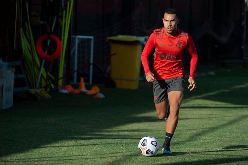 Boletim do Flamengo: Matheuzinho está na transição para o retorno e dupla trabalha com fisioterapeutas