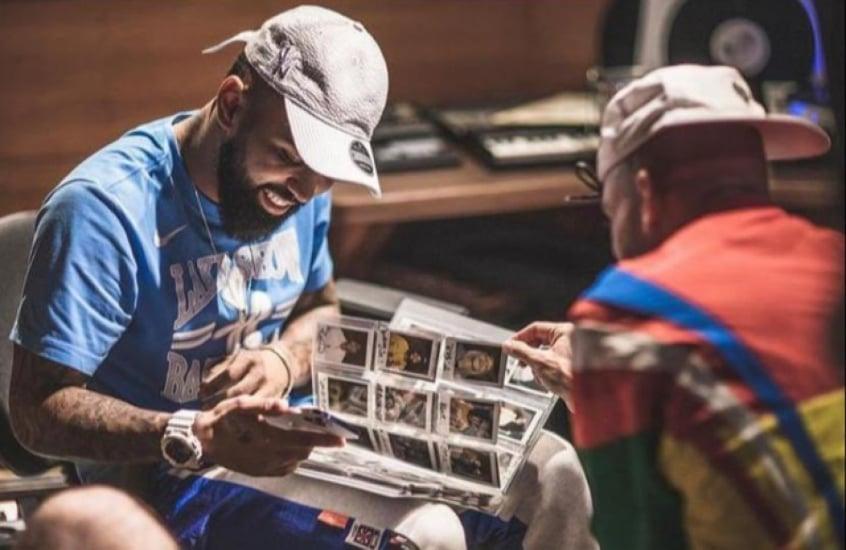Atacante do Flamengo aparece ao lado de rappers em estúdio do produtor Papatinho