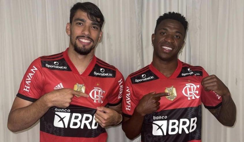 Lucas Paquetá e Vini Jr posam com camisas do Flamengo: Bateu saudades