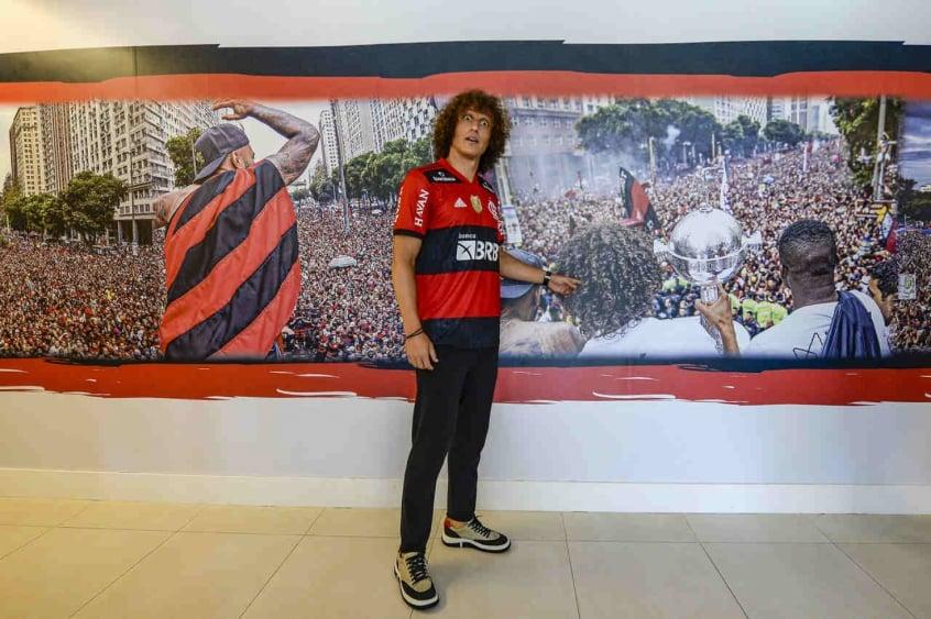 David Luiz mostra cartão de visitas do novo zagueiro do Flamengo
