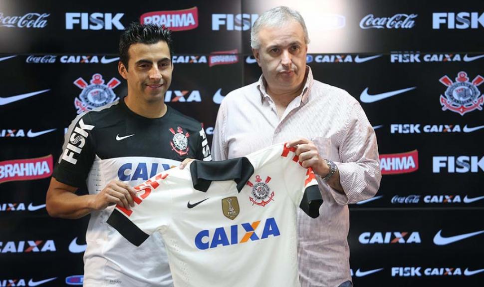 Apresentação do Maldonado com o diretor Roberto de Andrade no Corinthians (Foto: Ari Ferreira/ LANCE!Press)