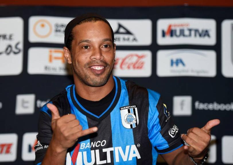 Ronaldinho é apresentado no Gallos Blancos de Querétaro (Foto: Ronaldo Schemidt/ AFP)