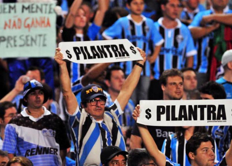 Grêmio x Atlético-MG - Campeonato Brasileiro - Faixa para Ronaldinho (Foto: Ricardo Rímoli)