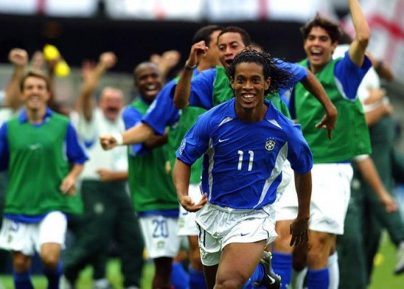 Gol de falta do Ronaldinho contra a Inglaterra na Copa de 2002 (Foto: Agência AFP)