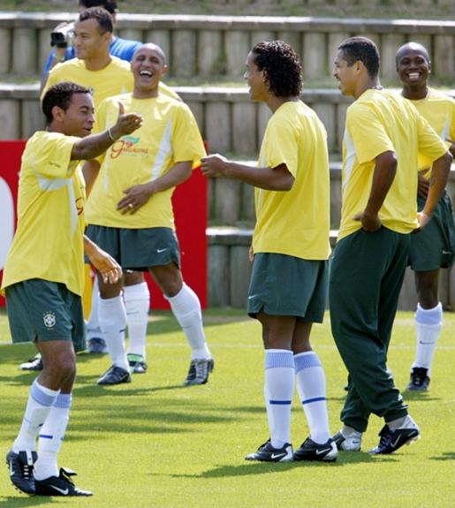 A Seleção de 2002 era boa também no samba: Júnior, Cafu, Roberto Carlos, Ronaldinho Gaúcho, Vampeta e Edílson eram pura alegria