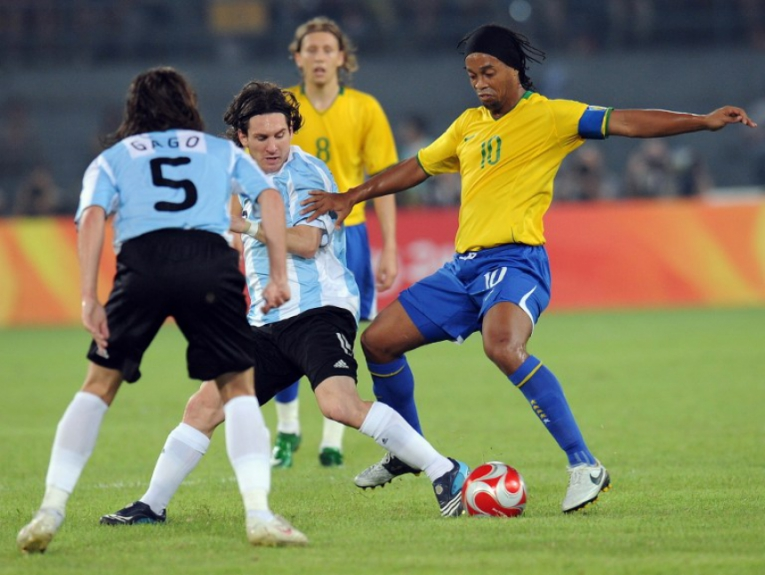 Na semifinal da Olimpíada de 2008, o Brasil de Ronaldinho caiu para a Argentina de Messi