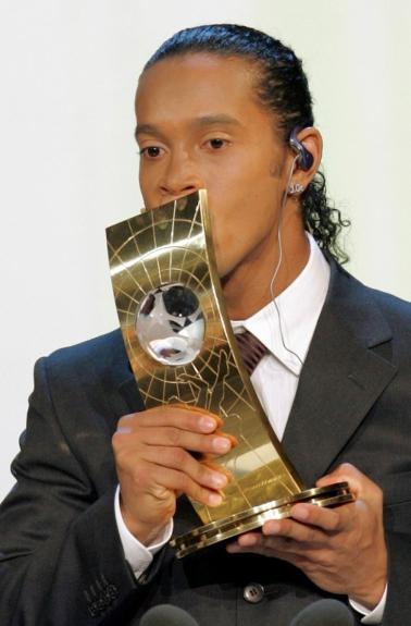 Ronaldinho beija o troféu de Melhor Jogador do Mundo de 2005