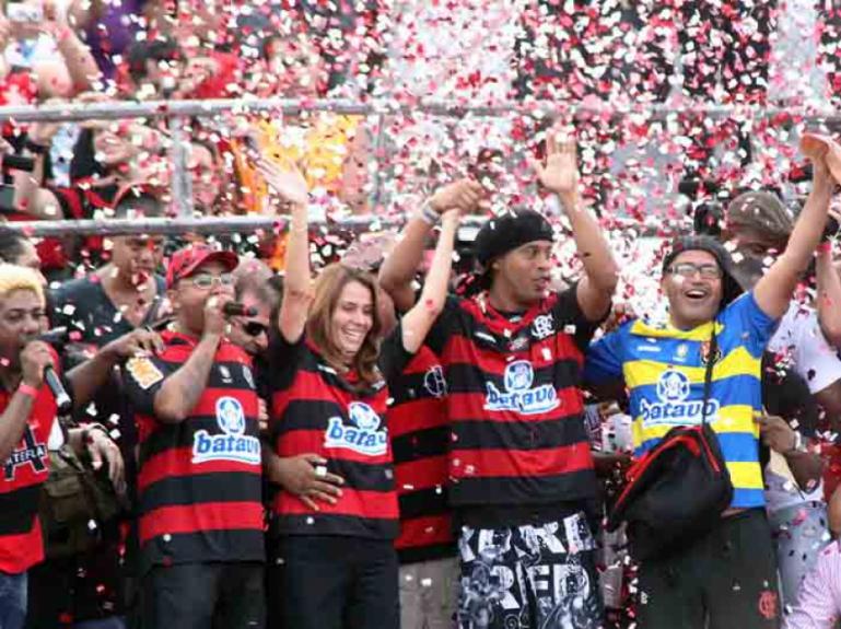 Ronaldinho Gaúcho chega ao Flamengo com festa na Gávea - 2011
