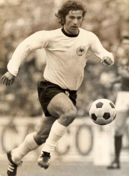 Gerd Muller  o artilheiro alemão marcou 735 gols ao longo de sua carreira.  Foram 14 tentos em duas Copas do Mundo e 639 pelo Bayern de Munique. d67802c9100de