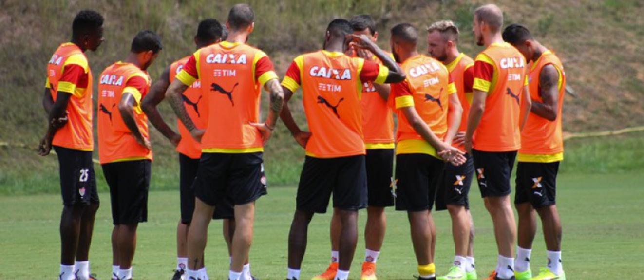 Elenco do Vitória se reúne durante treino neste sábado (Foto: Maurícia da Matta / EC Vitória / Divulgação)