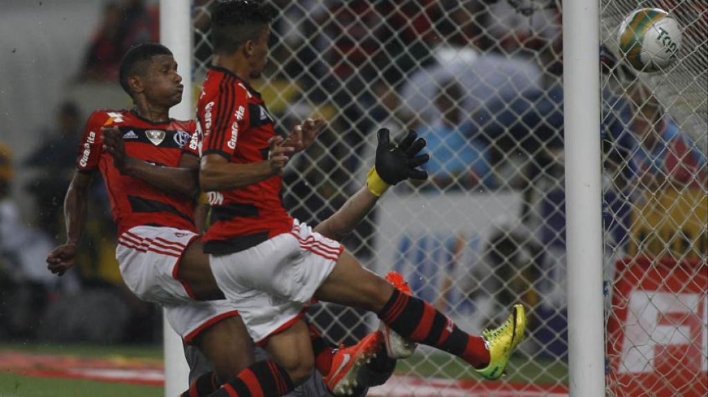 Flamengo 1x1 Vasco - Carioca de 2014 - gol irregular de Márcio Araújo - 13  083a59d59659b