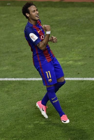 Por 86 milhões de euros (cerca de R$ 319 milhões) o Barcelona contratou Neymar junto ao Santos em 2014