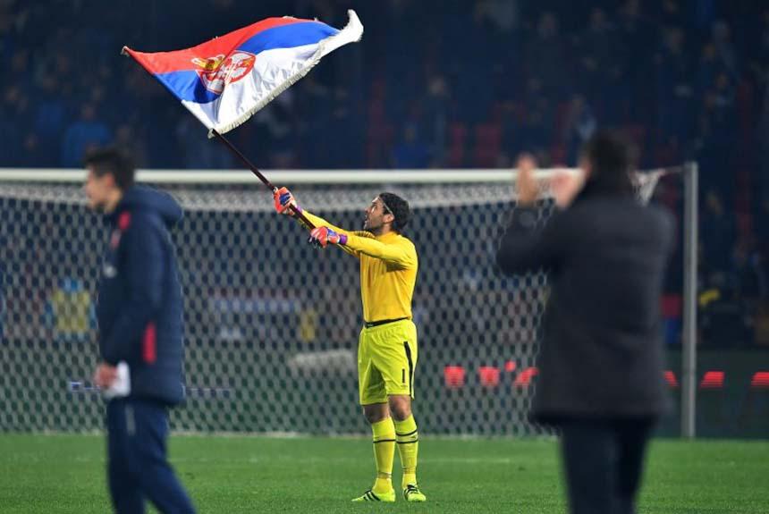 Vladimir Stojkovic, goleiro da Sérvia, também fez a festa com a classificação