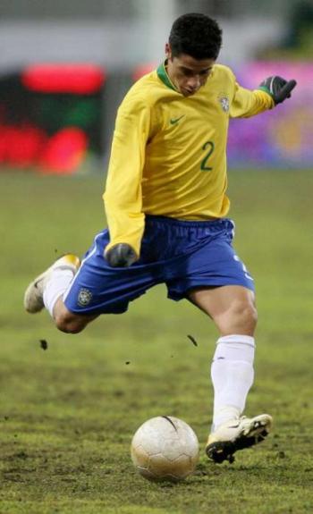 Cicinho era o homem da lateral-direita em 2006. O jogador atuava no Real 2e9a37159b46c