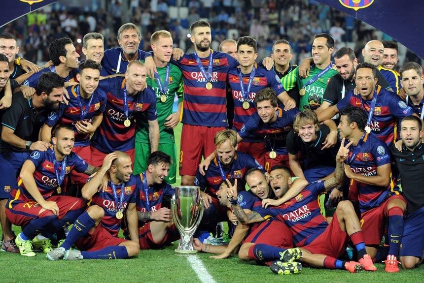 Messi também levou o Barcelona a conquista de três Supercopas da Europa.  Esta foi a b59bba2ed8575