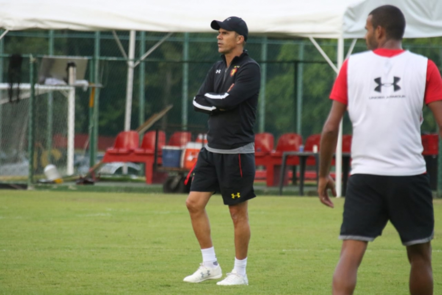 Milton Mendes no treino do Sport