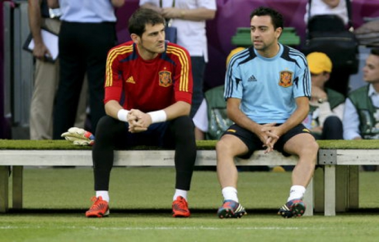 Xavi e Casillas (Foto: AFP)
