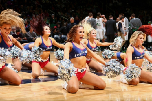 As cheerleaders do Washington Wizards fazem sua performance em duelo contra o Boston Celtics