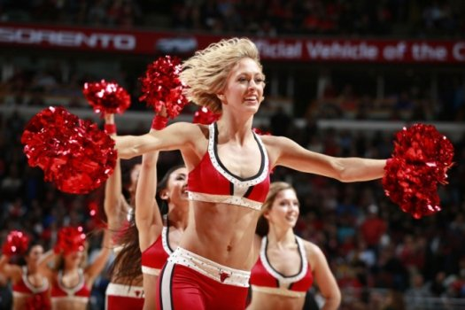 Cheerleaders do Chicago Bulls se apresentam em duelo contra o Dallas Mavericks