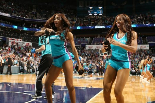 Cheerleaders do Charlotte Hornets animam os torcedores no duelo contra o Memphis Grizzlies