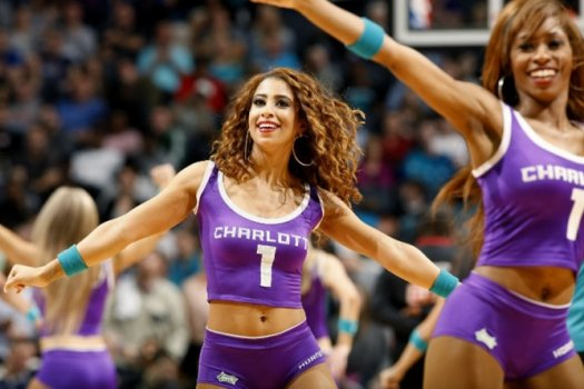Cheerleaders do Charlotte Hornets agitam a torcida no jogo contra o Boston Celtics